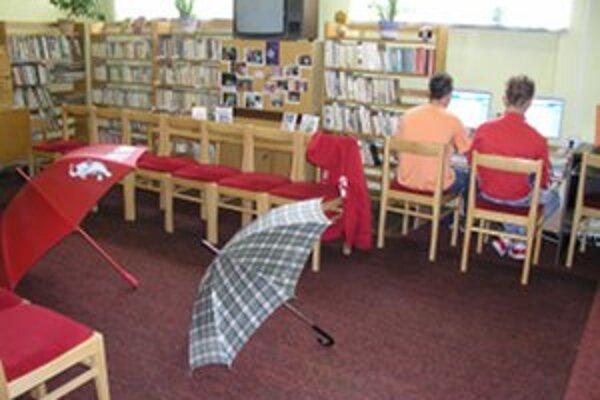 Aj napriek šetreniu knižnica dopĺňa knižničný fond a ponúka počítačovú techniku.