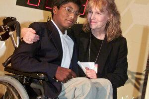 Archívna snímka. Thaddeusa Wilka Farrowa, ktorý sa v sirotinci v indickej Kalkate nakazil detskou obrnou a od pása dolu bol ochrnutý, si herečka adoptovala.