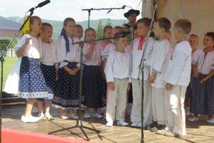 Malí folkloristi ukázali, že folklór milujú a vedia dobre spievať, tancovať a hrať.