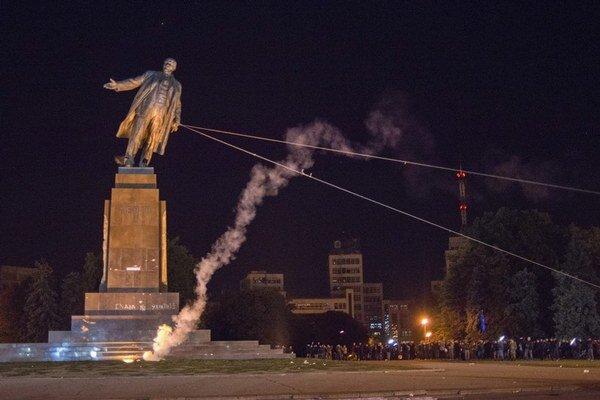 V Charkove už strhli najväčšiu sochu Lenina na Ukrajine.