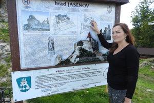 Starostka obce Jasenov Lucia Sukeľová v areáli hradu.