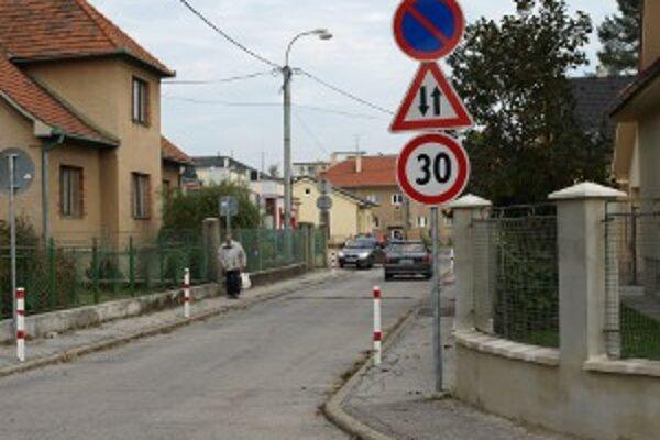 Podľa obyvateľov Ukrnísk sú chodci ohrozovaní.