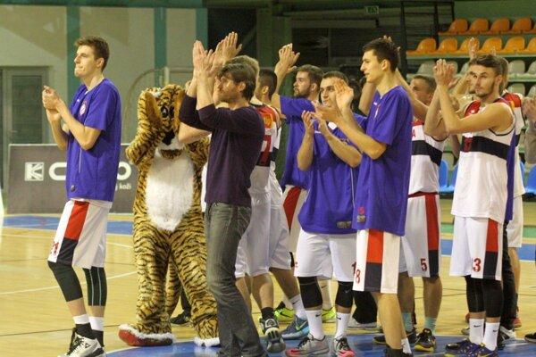 Basketbalisti Nitry sa tešili z výhry nad Karlovkou 79:77.