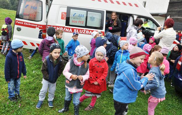 Sanitka rýchlej zdravotnej pomoci v obkľúčení detí.