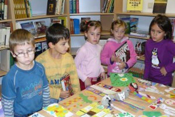 Deti vyrobili záložky do kníh a vystavili ich v knižnici.
