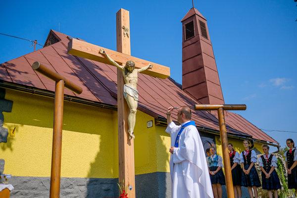 Posvätenie nového kríža.