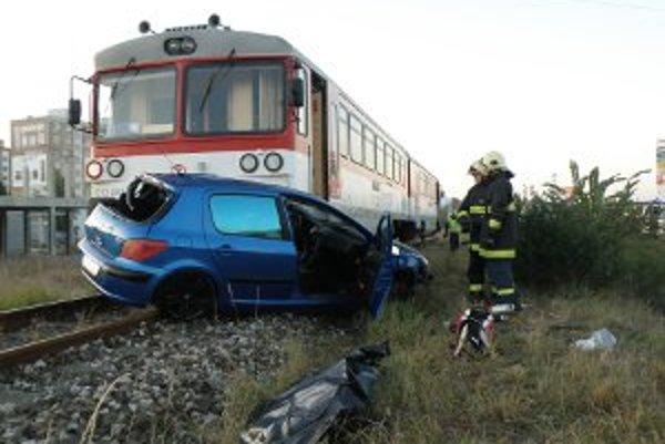 Tragická nehoda na železničnom priecestí si vyžiadal ľudský život.