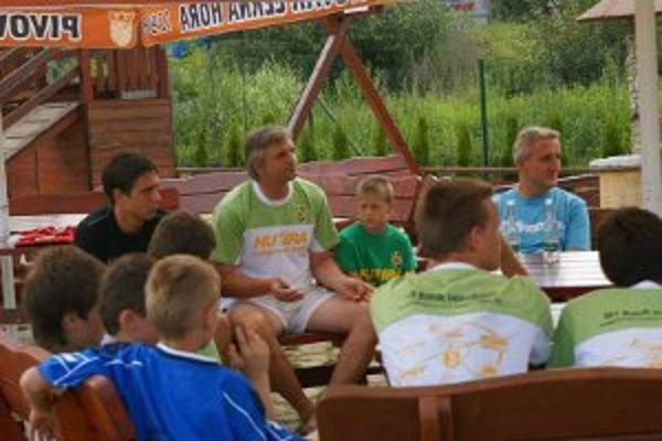 Beseda s trénerom a vedením klubu počas letného kempu.