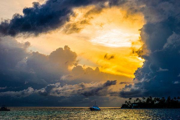 Východ slnka na jednom z atolov na Maldivoch.