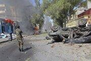 Somálsky vojak stojí pri vraku auta, v ktorom bola ukrytá výbušnina.