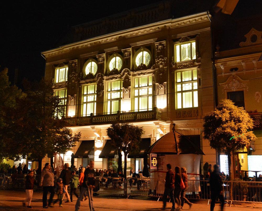 Budova Malej scény Štátneho divadla Košice bola takisto dejiskom košickej Bielej noci.  Konali sa tu dve polhodinové predstavenia  minimalistickej hudby slovenských Cluster Ensemble s názvom Similar Motion.
