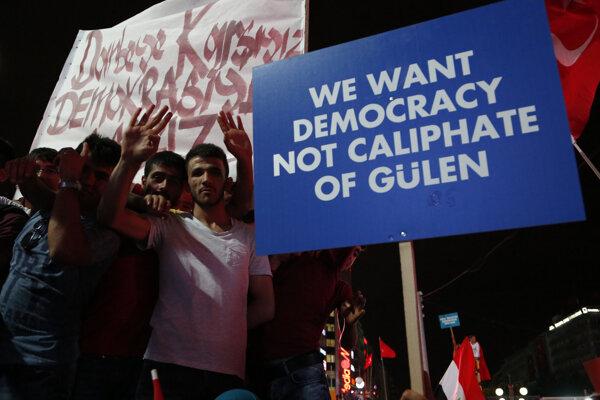 Mnohí Turci prijali verziu udalostí, ktorú predostrel prezident Erdogan a turecká vláda.