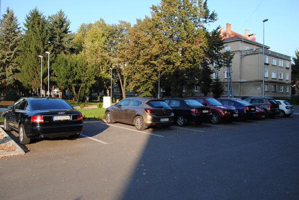Parkovacie miesta pred Hotelom Karpatia. Poslanci schválili zámer prenajať ich.
