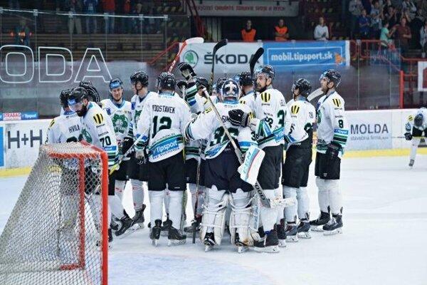 Radosť hokejistov HC Nové Zámky po víťaznom zápase s Trenčínom