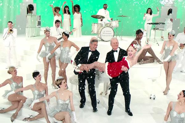 Miley Cyrus v náručí Billa Murrayho a Georgea Clooneyho.