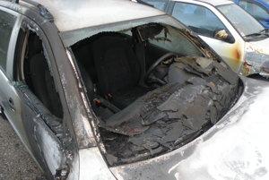 Oheň zničil ďalšie autá.