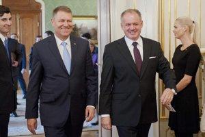 Na snímke vpravo prezident SR Andrej Kiska a vľavo prezident Rumunska Klaus Werner Iohannis.