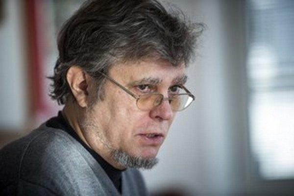Profesor Peter Sýkora študoval biológiu na Univerzite Karlovej v Prahe. Pôvodne sa venoval biomedicínskemu výskumu, neskôr filozofii biológie a v súčasnosti sa zaoberá biomedicínskou etikou. Je riaditeľom Centra pre bioetiku a profesoromna