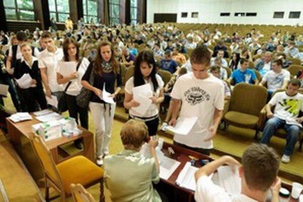 Najvyšší podiel študentov majú aj naďalej spoločenské vedy, náuky a služby.