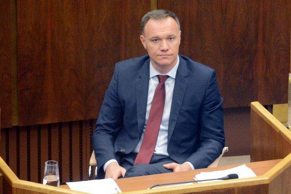 Samotný minister zdravotníctva vidí v útoku opozície politickú hru a odmieta obvinenia poslancov za KDH.
