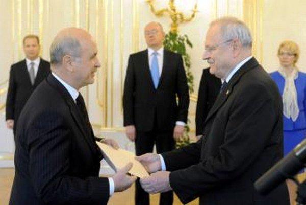 Ján Varšo (vľavo) preberá v roku 2011 ako nový veľvyslanec v Srbsku poverovací dekrét.