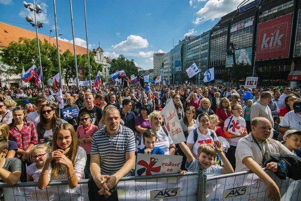 Účastníci pochodu za život v Bratislave.
