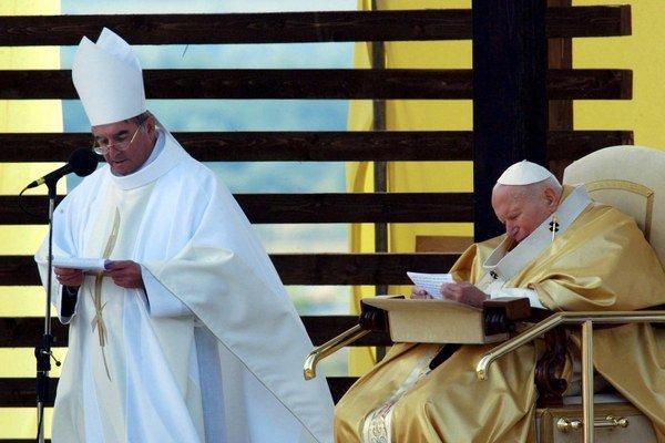 Na snímke vľavo rožňavský biskup koadjútor Vladimír Filo dočítava príhovor Jána Pavla II.
