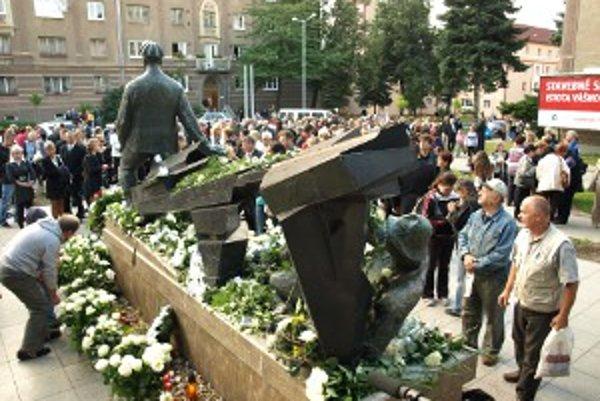Pri pomníku sa zišli stovky ľudí.