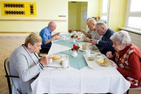 Dôchodcovia, ktorí bývajú v domovoch, potravinovú pomoc jednotlivo nedostanú.