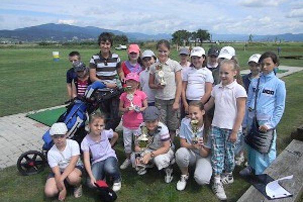 Golfový turnaj prilákal juniorov, ktorí navštevujú golfový krúžok.