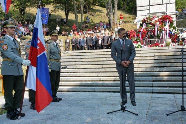 Na snímke predseda vlády SR Robert Fico počas prejavu pri pamätníku obetiam nacistických represálií počas pietnej spomienky.