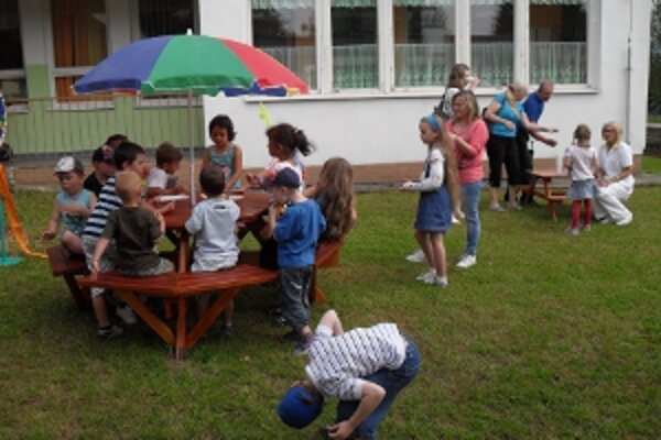 Nové posedenie môžu deti využiť v areáli škôlky.