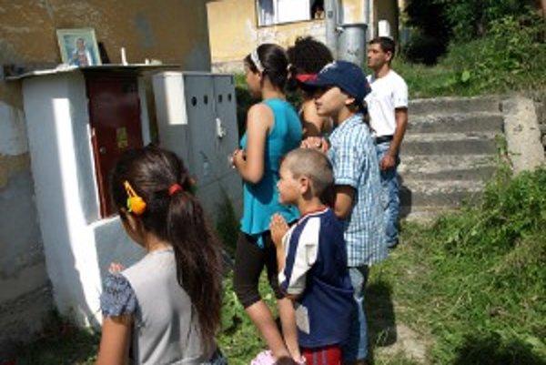 Obyvatelia si urobili oltár na elektrickej rozvodni a chodia sa tam modliť.