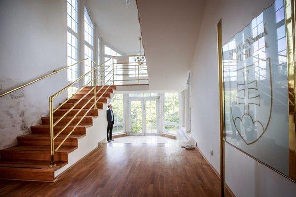 Hala so schodiskom tvorí podstatnú časť domu.