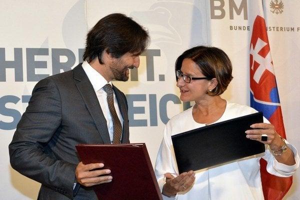 Robert Kaliňák v Rakúsku podpísal memorandum s tamojšou ministerkou vnútra Johannou MiklLeitnerovou. Rakúsku pomôžeme ubytovať 500 žiadateľov o azyl.