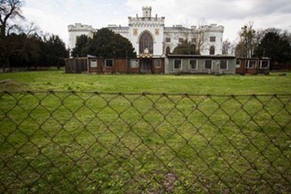 Rusovský kaštieľ, ktorý spravuje Úrad vlády, stále chátra.