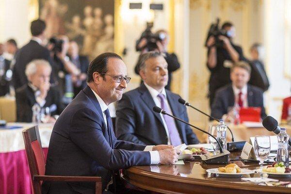 Francois Hollande (v popredí) a Viktor Orbán (v strede).