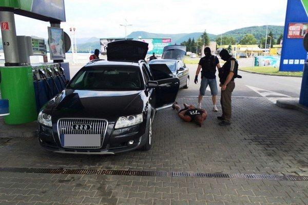 NAKA počas policajnej akcie v Bratislave, Limbachu a Seredi všetkých troch zadržala a vyšetrovateľ ich obvinil z obzvlášť závažného zločinu vydierania.
