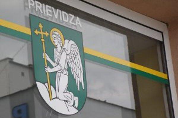 Podľa nového výkladu kľačí anjel v erbe na oblaku a nie na skale.