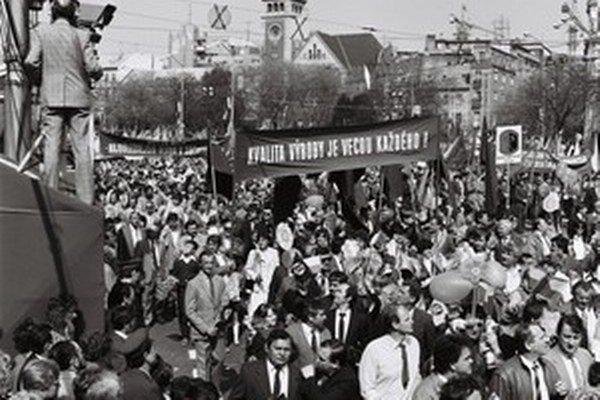 Oslavy boli povinné bez ohľadu na počasie či výbuch atómovej elektrárne v Černobyli.