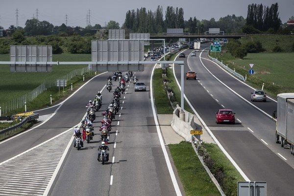 Ruskí motorkári z klubu Noční vlci a motorkári z Česka a Slovenska počas príchodu na Slovensko.
