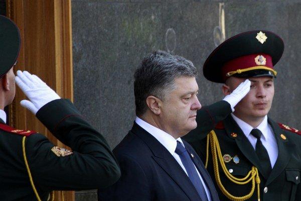 Ukrajinský prezident Petro Porošenko čaká na príchod slovenského prezidenta Andreja Kisku v rámci uvítacieho ceremoniálu pred ich stretnutím 20. mája 2015 v Kyjeve.