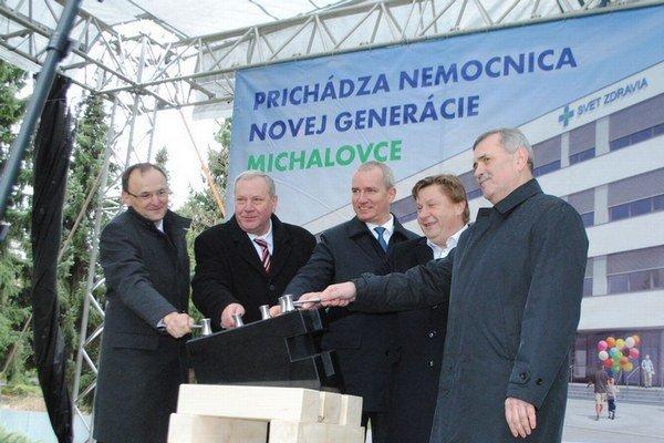 Penta stavia novú nemocnicu v Michalovciach, včera poklepali jej základný kameň. Zdravotnícki pracovníci jasali.