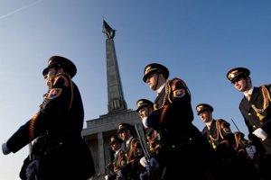Oslavy oslobodenia Bratislavy organizuje vláda. Prezident pôjde na Slavín sám.