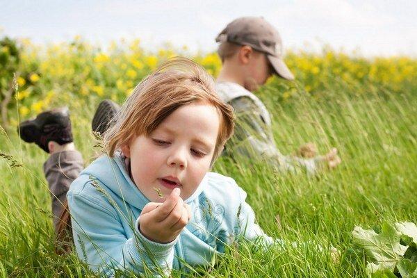 Najviac kliešťov žije v nekosenej tráve, v lístí  a na kríkoch.  Aktívne sú celoročne.