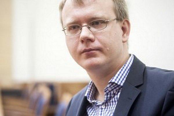 Nezaradený poslanec parlamentu Miroslav Beblavý chce pre tender na dodanie didaktickej nadstavby k učebniciam angličtiny mimoriadne zasadnutie školského parlamentného výboru.