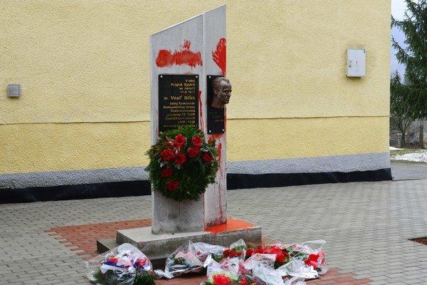 Pamätník Vasila Biľaka v Krajnej Bystrej je naďalej poškodený, komunisti na jeho obnovu nemajú čas.