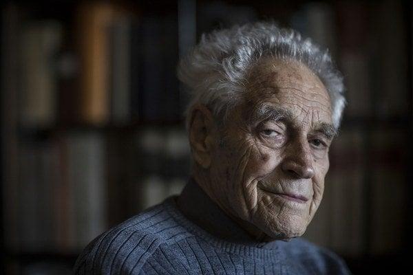 Má 93 rokov a stále intenzívne sleduje domáce aj svetové dianie. Slovenský štát ho odsúdil na doživotie, na vlastnej koži zažil Mauthausen. Je židovského pôvodu, ateista a sám okúsil za komunistov neslobodu prejavu, no tvrdí, že parížski karikaturis