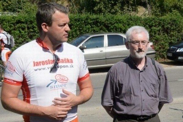 Jaroslav Bača (vpravo) ešte ako starosta Višňového za Smer počas kampane pred župnými voľbami s Jaroslavom Baškom.