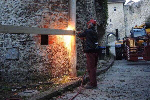 Práce na odstránení zábrany, ktorá sa nachádza na jedinej prístupovej ceste k hradu začali.